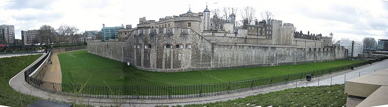 800px-Panorama_of_the_outer_curtain_wall_of_the_Tower_of_London,_2006